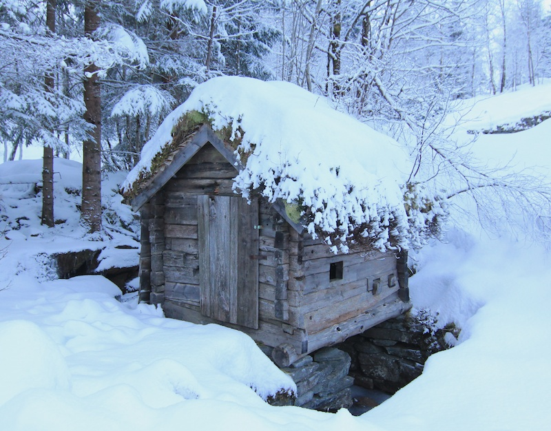 When I first saw the Kvern Hus, it was all frozen. I waited some months until the melt began.