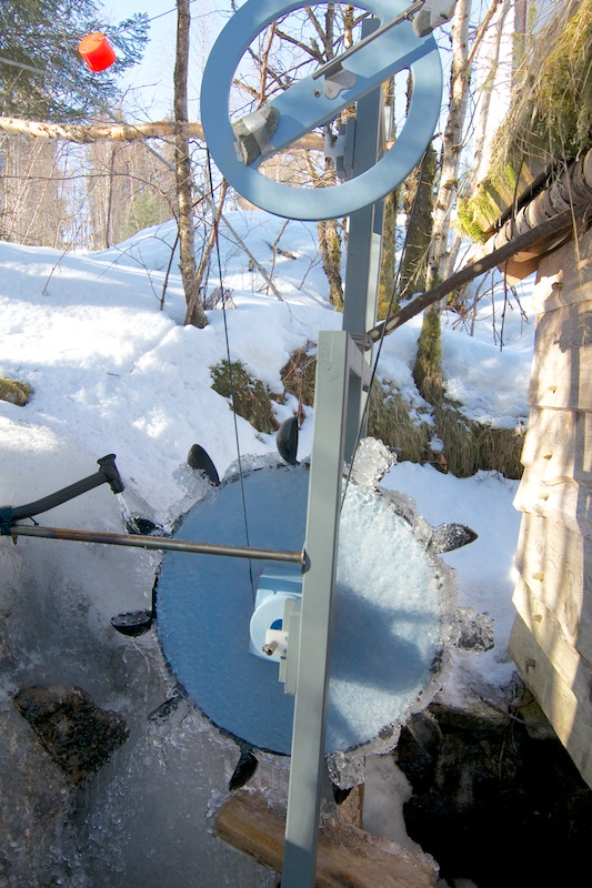 I constructed a new water wheel using Ause (ladels) for the Skovle. For the first while it was frozen solid.